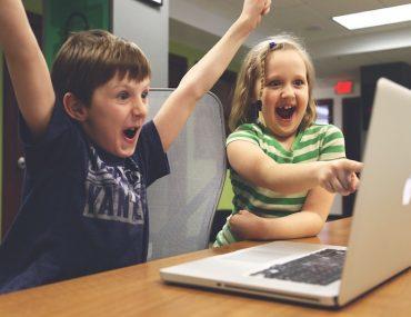 sicurezza online bambini che usano computer