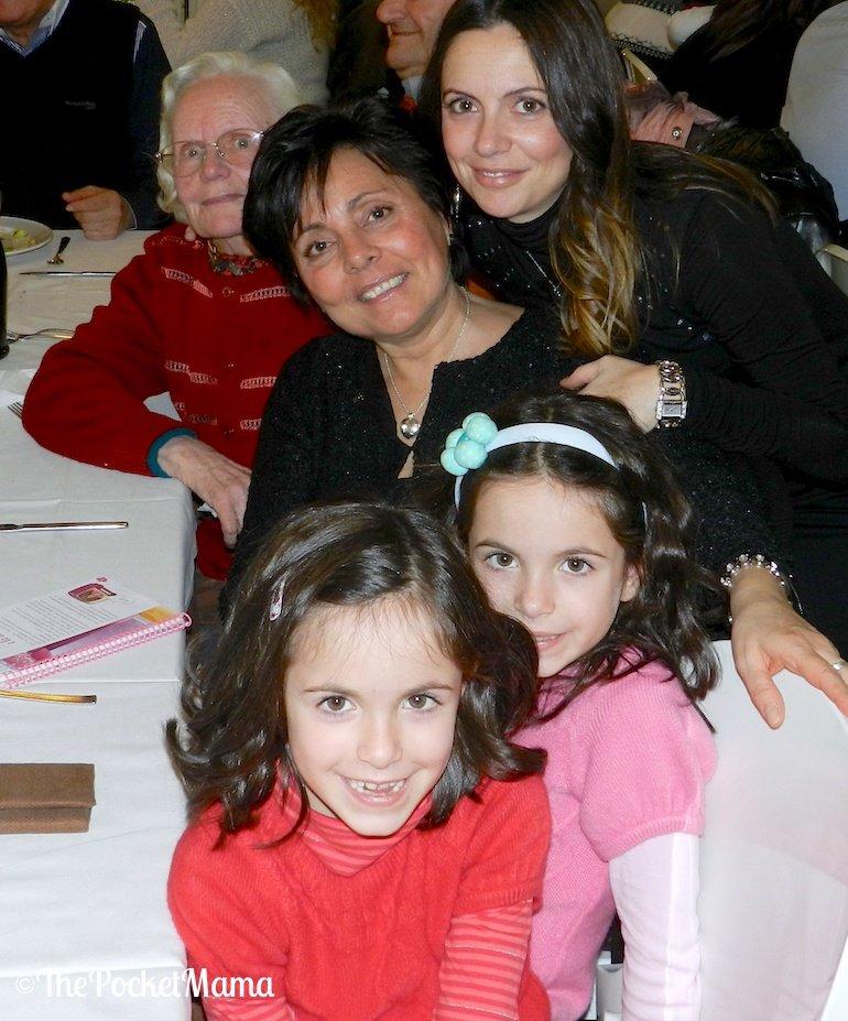 quattro generazioni - i nonni ascoltano