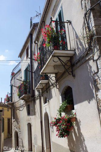 case con balconi fioriti Sant'Agata di Puglia
