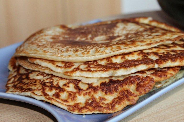 pancake appena cotti e impilati su un vassoio