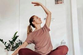 donna che pratica yoga a casa