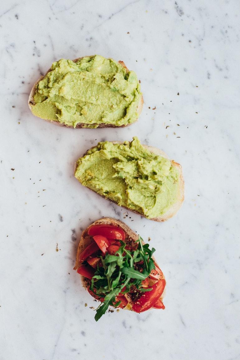 avocado spalmato su fette di pane